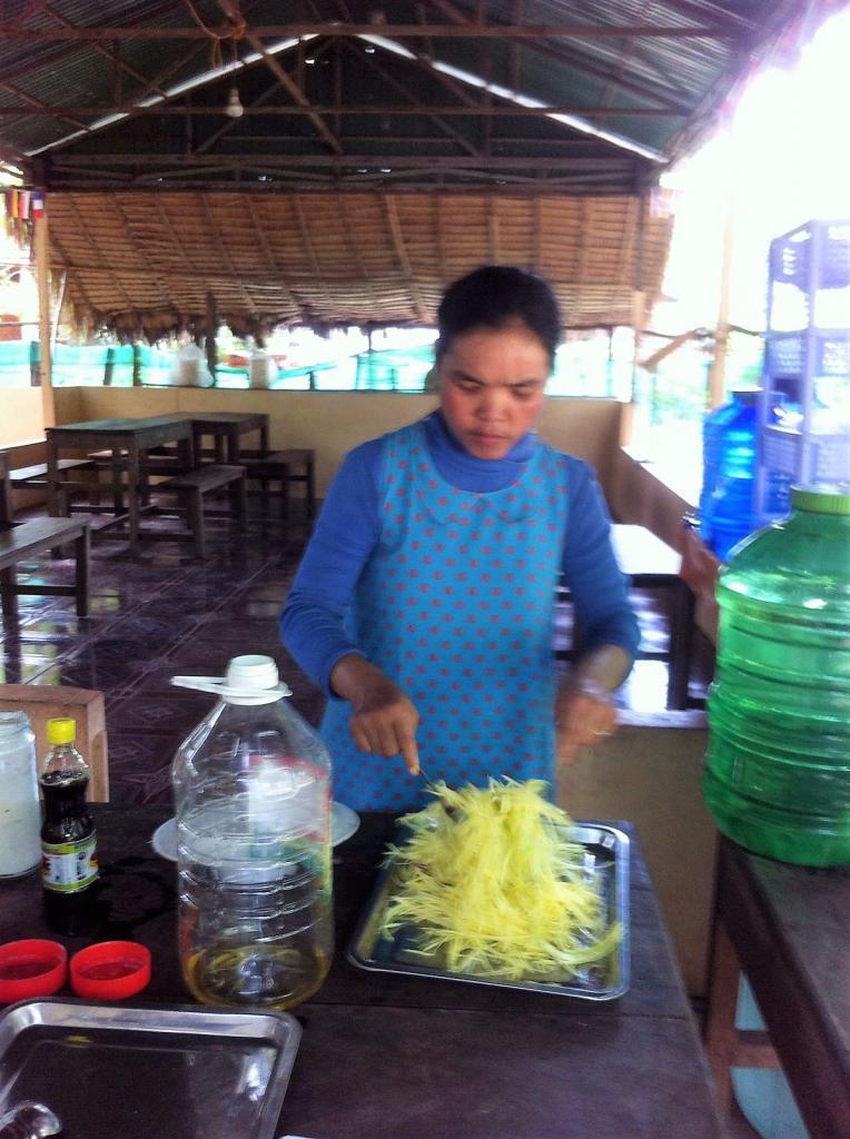 Notre cuisinière préparant une salade de mangue